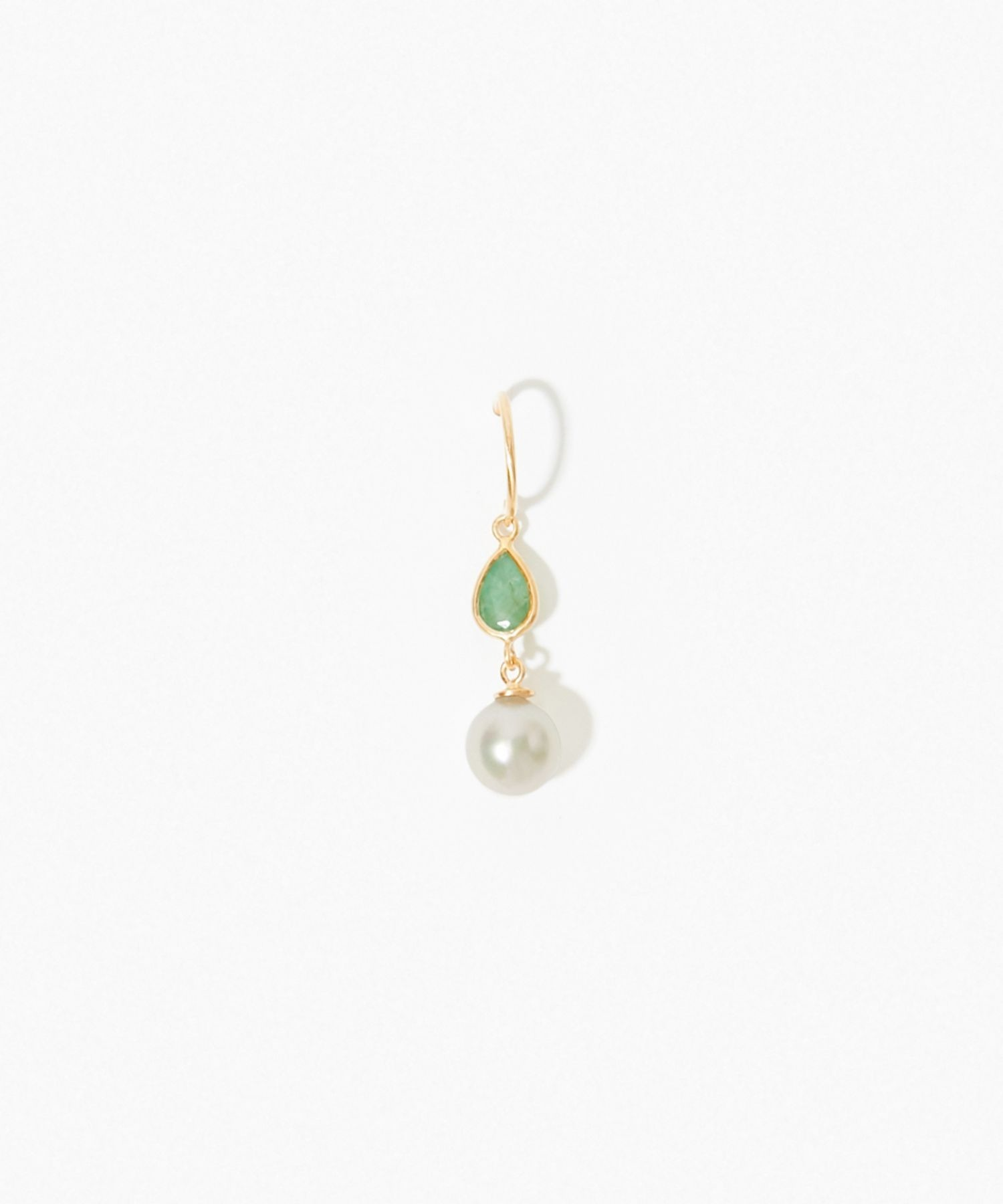 [philia] K10 akoya and pear-shaped emerald pierced earring